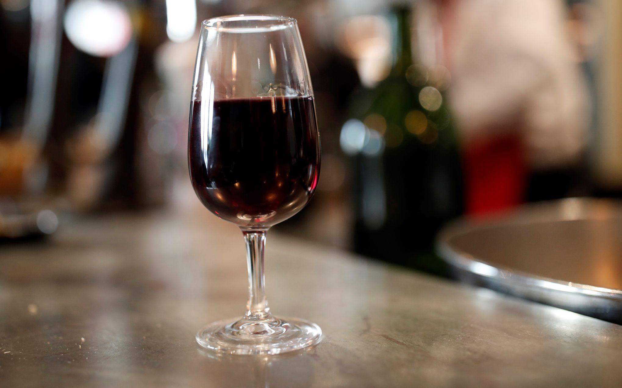verre a vin rouge table francaise